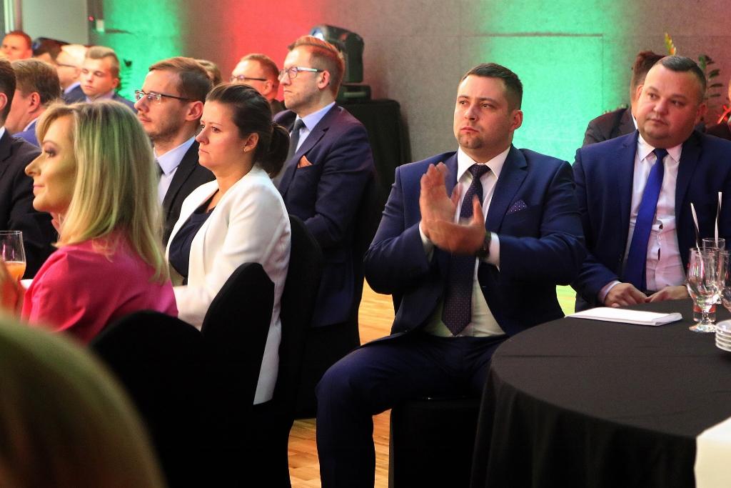 Audience with a businessmen clapping while sitting at a table during event celebration; C2C sp. z o.o.; c2c; www.ctoc.pl; bravo; Nagroda Gospodarcza Prezydenta Miasta Lublin; konkurs; Krzysztof Żuk; business class, vip; enterprise; foil production; polyethylene; innovative company; lubelskie; LCK; #lck; #C2C; #eZaopatrzenie; Łukasz Kaczanowski; Polska Presse; Kurier Lubelski