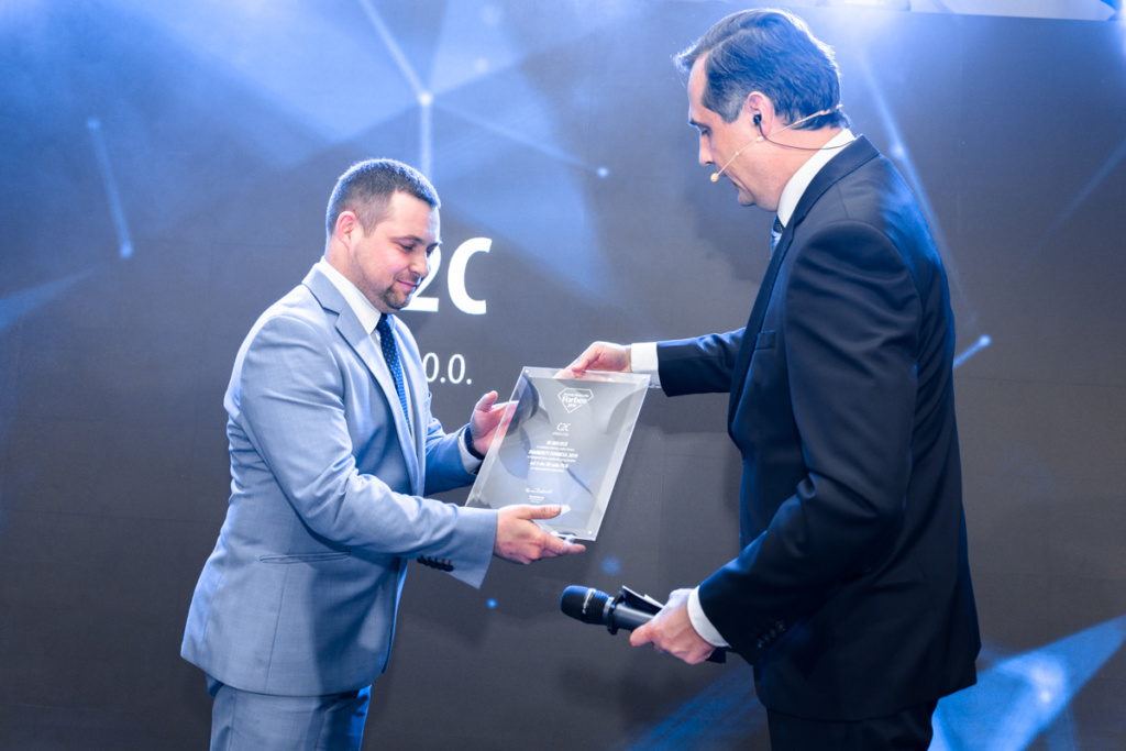 Host of Forbes Diamonds hands in an award to businessman from C2C sp. z o. o.